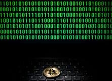 在一台膝上型计算机的Bitcoin有二进制编码屏幕的  免版税库存照片