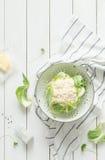 在一台过滤器的新鲜的湿未加工的花椰菜在土气白色 免版税库存图片