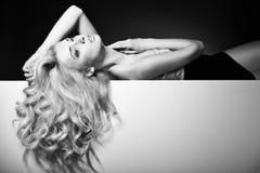 在一名可爱的妇女的美丽的长的头发 免版税库存图片