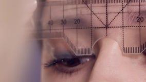 在一名妇女的眼眉的画的等高申请永久构成的在发廊 股票录像