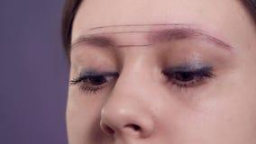 在一名妇女的眼眉的画的等高申请永久构成的在发廊 影视素材
