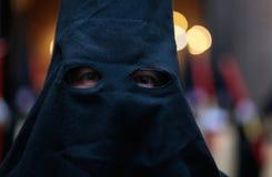 在一名戴头巾悔罪者的细节在复活节圣周队伍期间在西班牙 免版税图库摄影