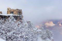 在一场冬天雪风暴期间的监视演播室在大峡谷国家公园 图库摄影
