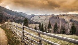 在一场强有力的风暴前的美好的山场面 免版税库存照片