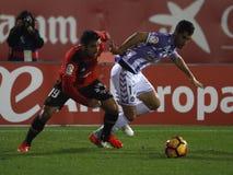 在一场足球比赛期间的足球运动员在真正的巴里阿多里德和真正的马略卡之间在儿子穆瓦体育场内  免版税库存照片