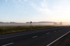 在一场雾的路在山的一朵云彩 免版税图库摄影