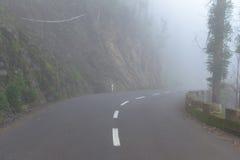 在一场雾的路在马德拉岛海岛,葡萄牙山的一朵云彩  库存图片