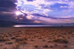 在一场风暴以后的日出在湖 免版税库存图片