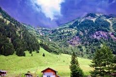 在一场风暴以后的遥远的小山在Kï ferertal ¿的½,奥地利的深蓝沉思的天空下 库存图片