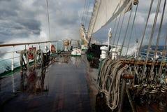 在一场风暴的帆船在海洋 免版税图库摄影