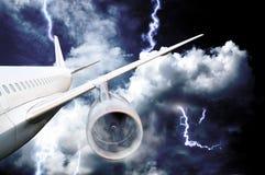 在一场风暴的飞机失事与闪电 免版税库存图片
