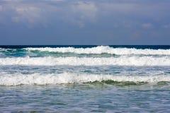 在一场风暴前面的波浪在海 免版税库存照片