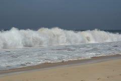 在一场风暴期间的大波浪在印度洋 图库摄影