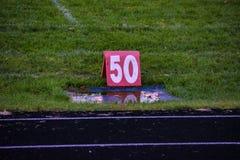 50在一场高中橄榄球赛的调车场界线标志 免版税库存照片