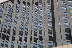 在一块修造的玻璃的反射 免版税库存照片
