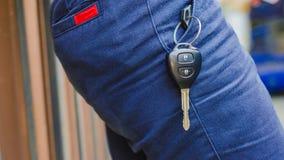 在一块偶然斜纹布的蓝色口袋的汽车钥匙 免版税图库摄影