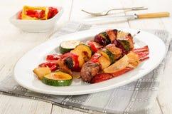 在一块卵形板材的烤匈牙利肉菜串 库存图片