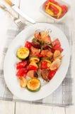 在一块卵形板材的烤匈牙利肉菜串 库存照片