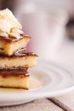 在一块圆的板材和奶油的片断砂锅,倒蜂蜜 免版税库存图片