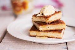 在一块圆的板材和奶油的片断砂锅,倒蜂蜜 库存图片