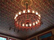 在一块复杂天花板的枝形吊灯 库存照片