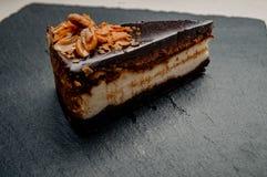 在一块大理石板材的乳酪蛋糕 库存照片