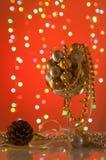 在一块大玻璃的发光的圣诞节装饰品在红色背景 免版税库存图片