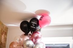 在一块天花板下的生日气球与好俄国词,您优良是,并且我看见一根灰色头发 免版税库存照片