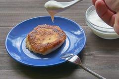 在一块小板材的一个唯一凝乳酪薄煎饼 库存图片