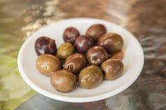 在一块小的板材的成熟橄榄 在酒吧的开胃菜 免版税库存照片