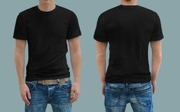 在一块年轻人模板的黑T恤杉 免版税库存照片