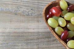 在一块心形的板材的葡萄 免版税库存图片
