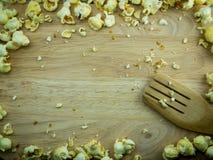 在一块斩肉板的焦糖玉米花 免版税库存照片