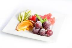 在一块方形的板材的果子点心在白色背景 免版税库存图片