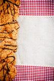 在一块方格的餐巾的巧克力曲奇饼 库存图片