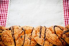 在一块方格的餐巾的巧克力曲奇饼 图库摄影