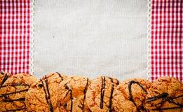 在一块方格的餐巾的巧克力曲奇饼 免版税库存图片