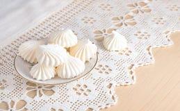 在一块有花边的布料的蛋白甜饼。 库存图片