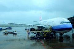 在一块有雾的玻璃之后的飞机 库存照片