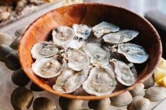 在一块木板材的十几只未加工的牡蛎 库存图片