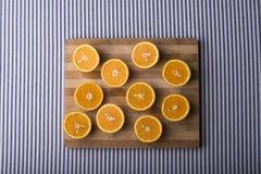 在一块木板材的半桔子 免版税库存图片