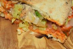 在一块木板材的可口鸡sandwitch 库存照片