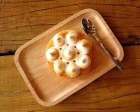 在一块木板材的新鲜的柠檬馅饼在桌上 免版税库存照片