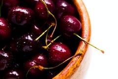 在一块木板材的樱桃莓果在白色背景 图库摄影