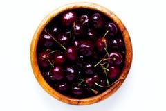在一块木板材的樱桃莓果在白色背景 库存照片