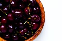 在一块木板材的樱桃莓果在白色背景 免版税库存图片
