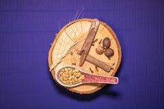 在一块木板材的葡萄酒匙子有松果的 库存图片