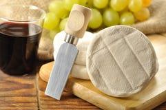 在一块木砧板的意大利tomino干酪 库存图片