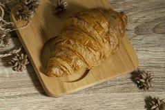 在一块木砧板的新鲜的新月形面包从顶视图 免版税库存图片