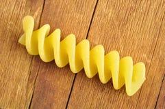 在一块木砧板的Fusilli意大利面食,特写镜头 库存图片